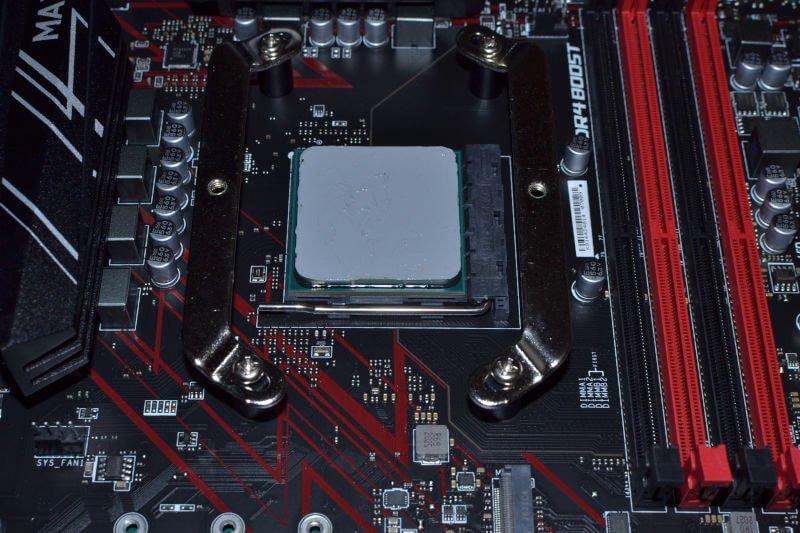 Procesor pokryty pastą termoprzewodzącą.